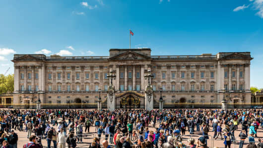 Crowds of tourist gather outside Buckingham Palace, London.